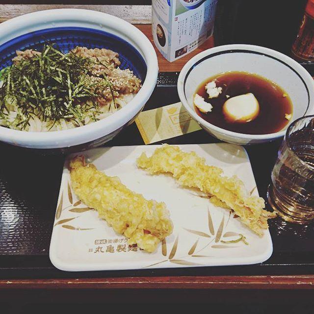 丸亀製麺の旨辛肉つけうどん🍜 (かしわと海老の天ぷら付き‼️。) 値段・980円(うどん690円✨)。 肉の甘味と出汁の辛味がマッチしてて美味しい😋🍴‼️。 冷たいうどんともあってる‼️。 #うどん #つけ麺 #天ぷら #冷やし麺 #かしわ天 #海老天 #玉子 #辛い #甘い #おいしい #おいしいもの #グルメ #丸亀製麺 #肉