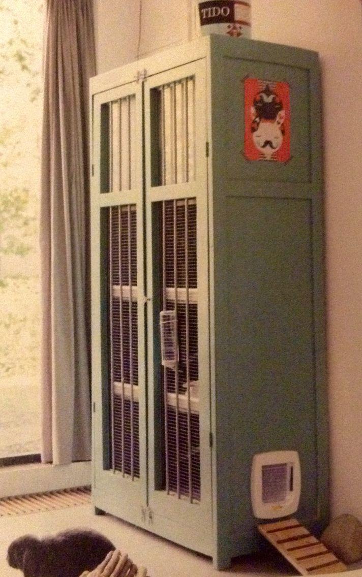 """""""Ik vond een standaard konijnenhok zo lelijk in de woonkamer, daarom bedacht ik een 'konijnenkast'. De kast kocht ik voor €12,50 bij de kringloopwinkel. Ik maakte er etages, trappetjes en een kattenluikje in."""" Merel -Flair 37 2014."""