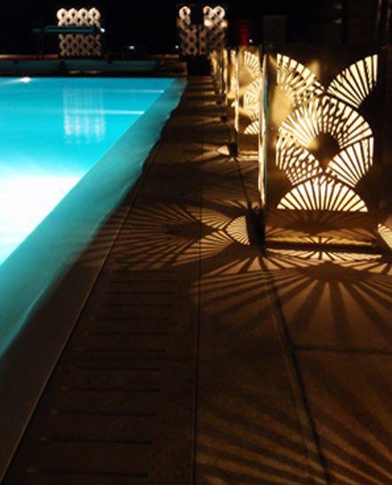 Ιδέα διακόσμησης πισίνας με χρυσά μεταλλικά αυτόνομα φωτιστικά. Ιδιωτική εκδήλωση στη Μύκονο. Δείτε περισσότερα έργα μας στο http://www.artease.gr/interior-design/emporikoi-xoroi/