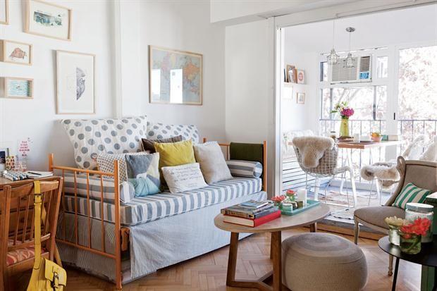 En reemplazo de un sillón, una cama de hierro donde dormía Lulu cuando era chica. Le puso un colchón con funda y varios almohadones (Tienda Fan). Mesa ratona ($18.950, Creta).  Foto:Living /Magalí Saberian