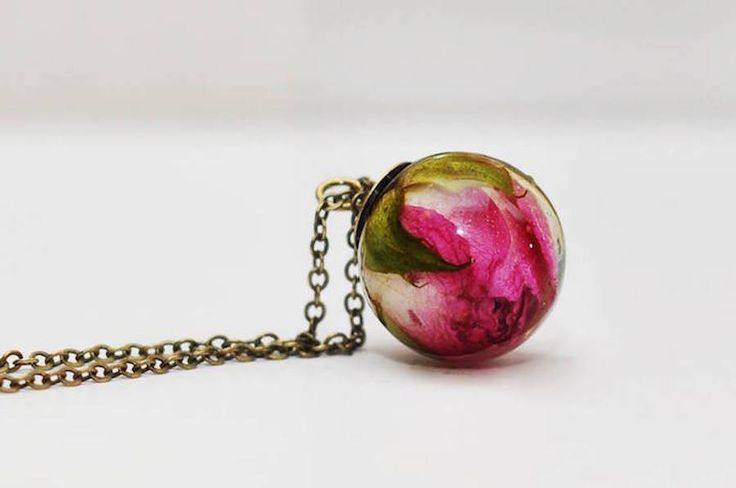 Delicate Necklaces Preserving Flowers in Their Pendants