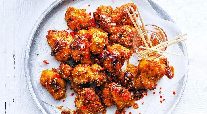 Lekker pittig en krokant! Lees hier het recept en bekijk in de video hoe je de kip paneert. Bereidingstijd: 25 minuten  Ingrediënten: 2 el honing • 3 el ketjap manis • 2 el srirachasaus • 1 el rijst- of natuurazijn • 400 g kipdijfilet • 50 g bloem •1 ei, losgeklopt •50 g panko …