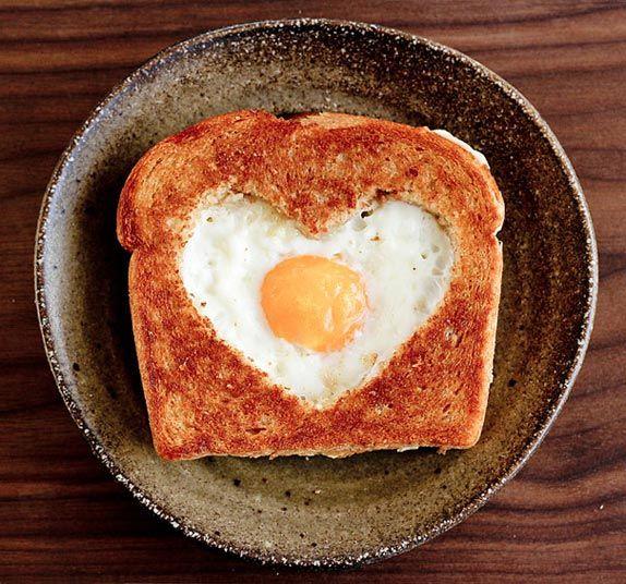 Un rico desayuno especial para la temporada de San Valentín, sándwich en canasta con forma de corazón.