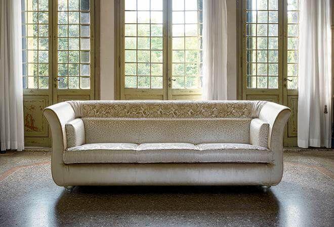 Трехместный диван с цветочной вставкой на спинке