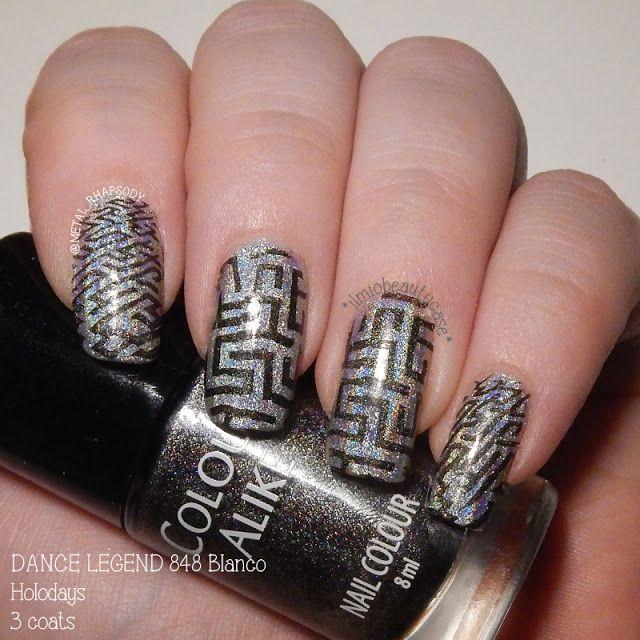 Labyrinth nail art