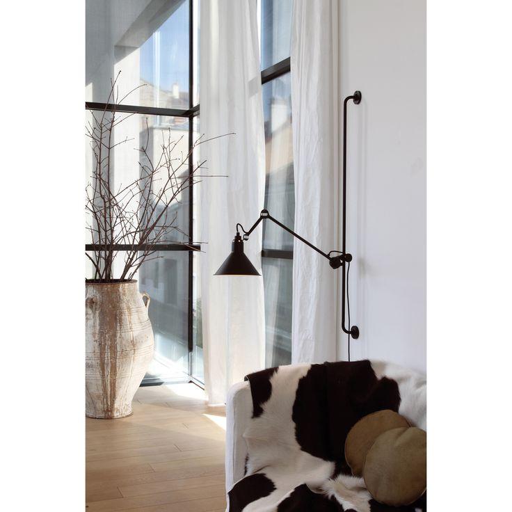 N°214 vägglampa från La Lampe Gras, formgiven av Bernard-Albin Gras. Denna vackra industriella lampa...