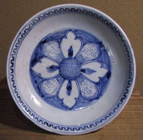 初期伊万里の花クルス文の皿です。上がりは上々です。縁裏側に小削げの銀直しが4カ所あります。初期伊万里の絵付けの魅力は、食器の図柄として職人により鍛錬されたものでなく、拙さと一生懸命さが作り出す絵画的な味わいにあるように思います。この皿はまさにそういった絵付けです。中々買えない頃に焼き継ぎの葡萄と蝶の7寸皿を買って嬉しくて枕元に置いて寝たことを思い出します。・口径14.3~14.5センチ・高さ3.1~3.3センチ・江戸初期 ★送料は当方で負担いたします。*新規の方、評価の悪い方の入札は取り消しさせていただきま
