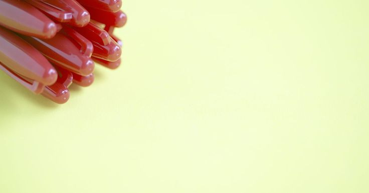 ¿Cómo limpiar los marcadores de tiza de las paredes pizarras?. Los marcadores de tiza tienen numerosas ventajas sobre la tiza convencional: los marcadores de tiza no tienen polvillo, hacen líneas suaves y parejas que no desaparecerán luego de un accidente. Puedes usar marcadores de tiza conjuntamente con la tiza normal; crea rejillas, imágenes o listas con el marcador de tiza y luego usa una tiza normal para ...