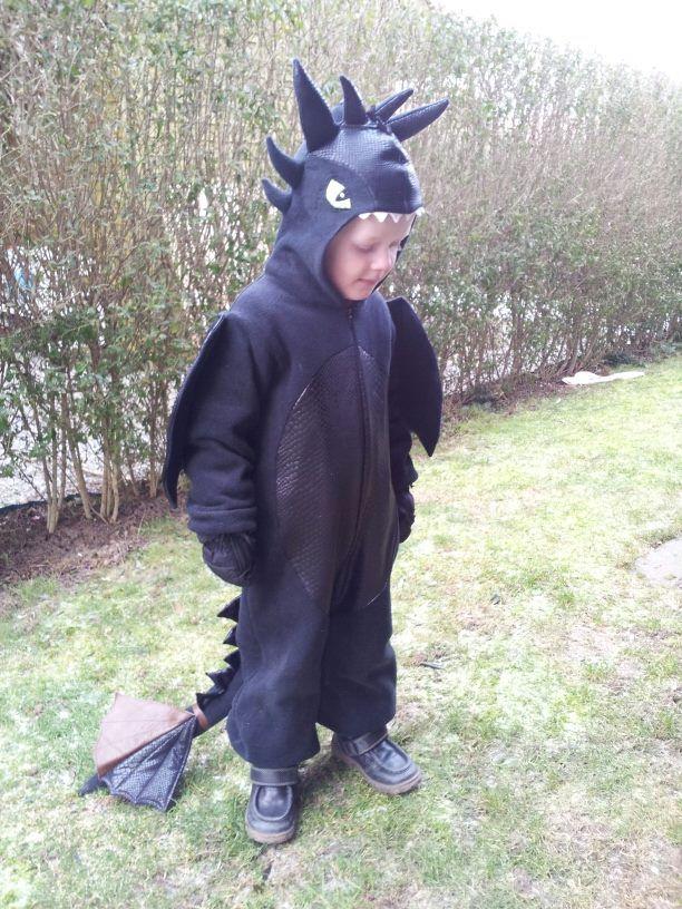 """Betina Hougaard: Min søn som dragen natskygge/ toothless fra """"sådan træner du din drage""""."""