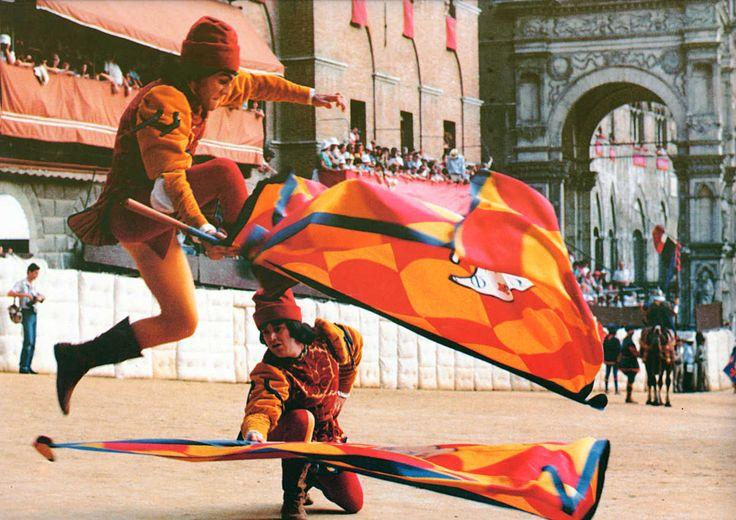 """Gli Alfieri della Contrada della Chiocciola - Foto di Foto Studio Gielle - Distribuita in edicola con il quotidiano """"La Nazione"""" - #Siena #PalioDiSiena #ContradaDellaChiocciola"""