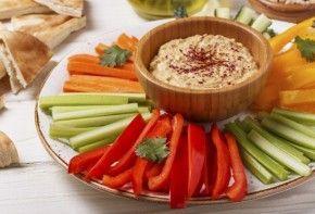 Picoteo saludable para una noche de verano | EROSKI CONSUMER. Preparar unos crudités de verduras con distintas salsas para untar es una manera estupenda de resolver una cena con alimentos saludables, sabrosos y vistosos