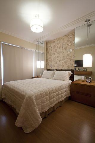papel de parede e espelho no quarto