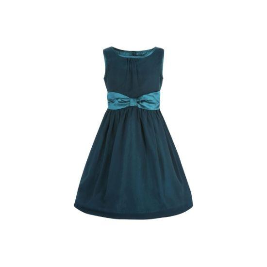 Retro šaty Lindy Bop Mini Candy Teal I docela malé slečny chtějí být krásné a co nejvíce se podobat své mamince. Mini kopie dámských retro šatů ve stylu 50. let vhodné na svatbu pro družičky, do divadla, narozeninové focení nebo Vánoce. V nádherné petrolejové barvě, dvě vrstvy - spodní lesklá podobná brokátu, vrchní slabší lehce průhledná s jemnou strukturou v látce (100% polyester), v pase široká lesklá stuha se zavazováním vzadu, nabíraná sukně, zapínání na knoflíčky v zadní části.