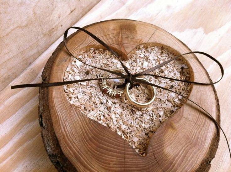 porte-alliances original de style champêtre - rondelle de bois, remplie de copeaux de bois