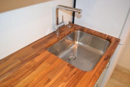 Plan de travail en teck massif, cuve intégrée sous plan -  rénovation de cuisine à Piriac-sur-mer (44)