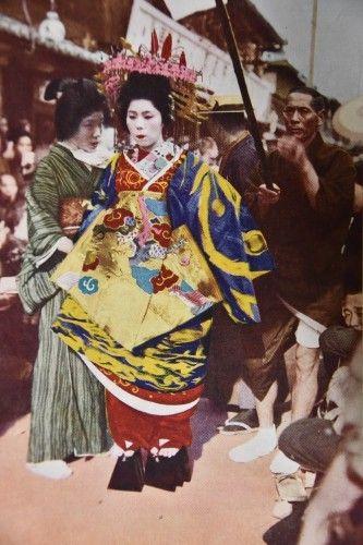 左より引舟、太夫、傘持昭和四年刊『全国花街めぐり』で松川二郎は名物「太夫道中」とした一文があります。「花も漸やく盛りをすぎた四月二十一日に毎年行われる。此...