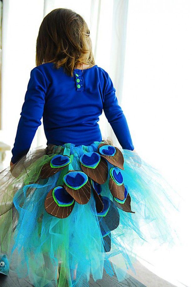 Een tule rokje met zelfgemaakte pauwenmotiefjes (mag ze me mee helpen) en klaar. Blauw shirtje met dito legging en presto: Sirius is een pauw ;-)
