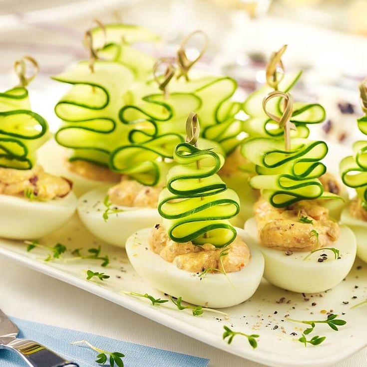 Jajka z pastą z suszonych pomidorów doskonale sprawdzą się jako wielkanocna przekąska o każdej porze dnia. Są pyszne, wygodne do jedzenia i łatwe do przygotowania. Ozdobione wstążeczką z zielonego ogórka prezentują się bardzo wiosennie i dekoracyjnie. Wypróbuj nasz przepis i przekonaj się, jak łatwo z kilku prostych składników możesz przyrządzić smaczną i efektowną przekąskę.
