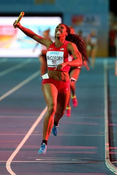Francena McCorory anchors the USA to victory in the 4x400m at the IAAF/BTC World Relays, Bahamas 2015 (Getty Images)