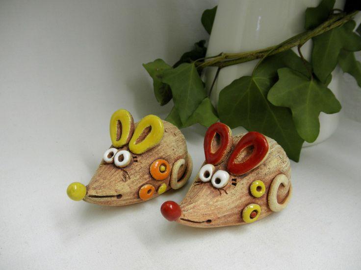 Veselá myška Ze šamotové hlíny, ručně modelované - bez forem, může se maličko lišit. Délka 9 cm. CENA ZA KUS