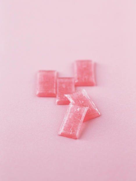 桜花爛漫の桜の花びらをイメージした「さくら飴」は、塩漬け桜葉をちりばめた香り豊かな飴。432円(税込)