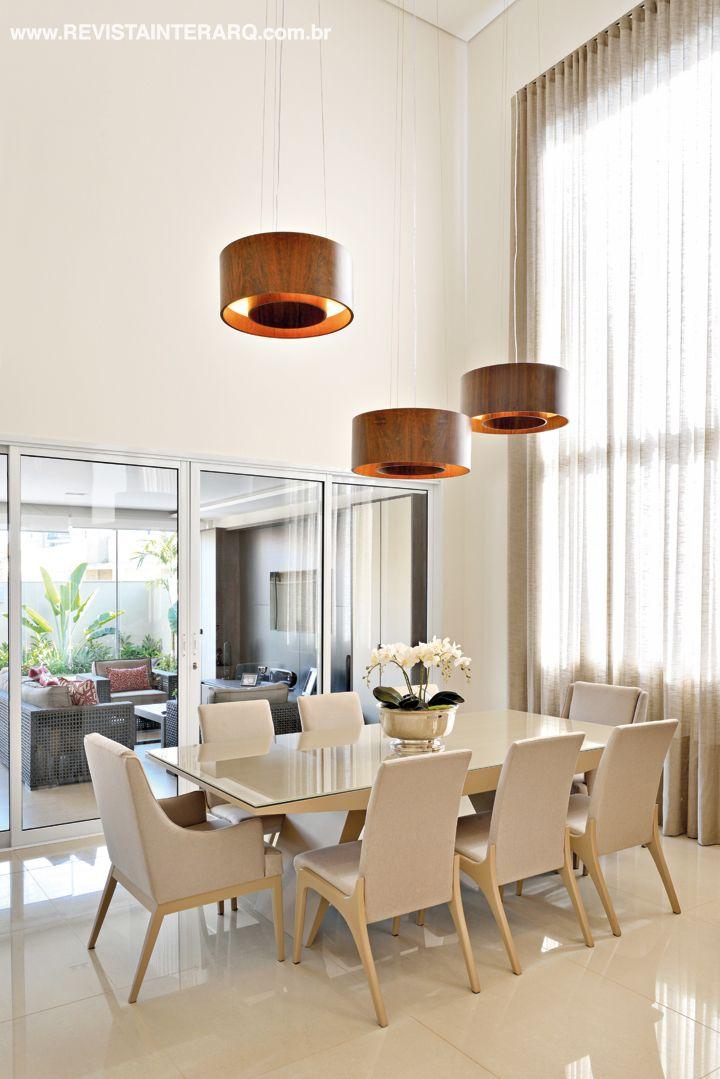 O jantar é moderno, com mesa e cadeiras em laca e pendentes circulares. Projeto de Renata Pedreschi Bernardes.