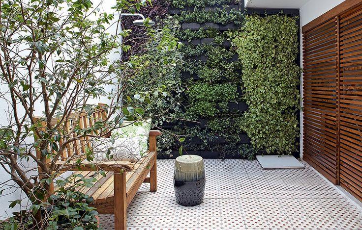 No quintal, o jardim vertical foi a solução da arquiteta Daniela Ruiz para trazer o verde e ainda assim preservar o espaço livre. Entre as espécies, há peperômias, lambaris, heras, flores-de-maio e peixinhos