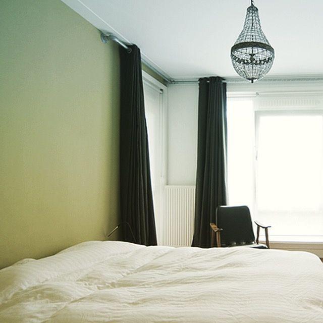 Slaapkamer met warme groentint