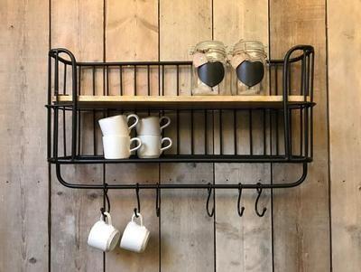 Dit industriële bakkersrek / wandrek voorzien van stang en5 verstelbare haken. Dit rek is voorzien van een legplank en een rooster wat een mooi effect geeft aan het rek. Het wandrek plaats je gemakkelijk in de keuken, woon- of werkkamer, of als extraatje voor op de slaapkamer. Dit Wandrek is een mooie decoratie voor in je huis en zijn voor meerdere doeleinden bruikbaar. kleur zwart 80x 43 cm x 20 diep haken 12 cm www.zuzzenzowonen.nl