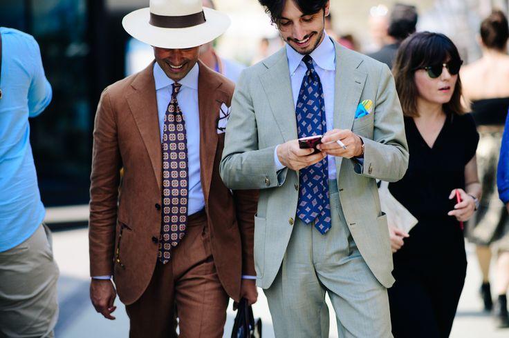Costume croite impecabil. De remarcat pantalonii cu talie înaltă și cravatele purtate nonșalant. (foto Adam Katz / Pitti Immagine)