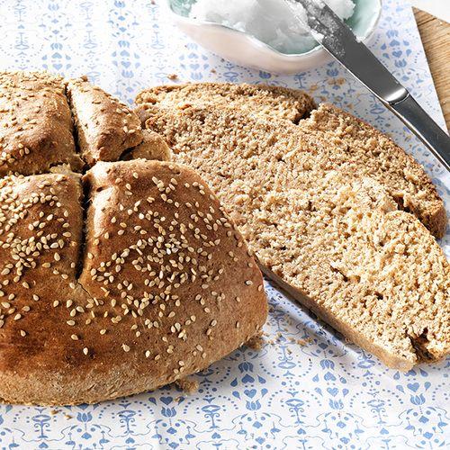 Zelf speltbrood bakken? Dit is een makkelijk recept voor een heerlijk gezond speltbrood dat je thuis in no-time in elkaar draait!
