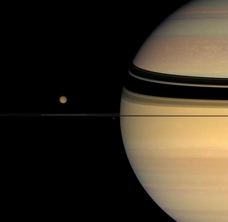 Лучшие снимки Сатурна Четыре спутника «столпились» вокруг колец Сатурна.  Читать больше: http://zhizninauka.info/topics/luchshie-snimki-saturna/?auth=mail_key