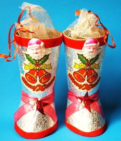 お菓子が詰まったクリスマスの長靴。☆Retro Xmas boots filled with sweets sold at cake shops which all daddys were expected to bring home for their kids, circa 1960's, Japan. ★クリスマスの意味も知らない日本人がイブに馬鹿騒ぎし始める以前の日本ではこんな感じの物が売られていました。サンタにはまだ多少、聖者の趣がありましたが (サンタに赤い服を着せたのはコカコーラなので) アメリカから入って来たイメージ自体、既にかなりデフォルメされています。後に不二家などからキャラクター物が続々登場。クリスマス自体も日本独自の文化として拡張し続け、いつしか全くの別物に!(^^;;
