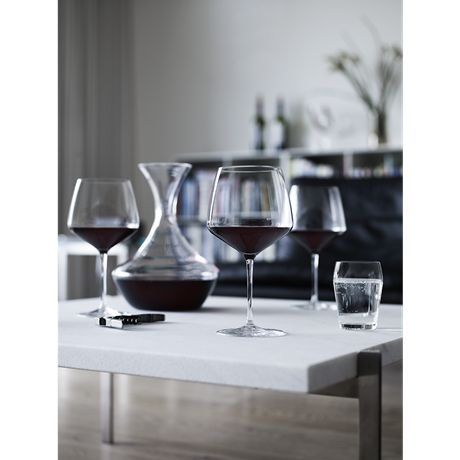 The Burgundy glass from the Perfection range gives you and your guests the perfect wine experience. The Burgundy glass with a volume of 50 cl has a large surface for the wine to develop in the glass. #holmegaard #perfection #burgundyglass