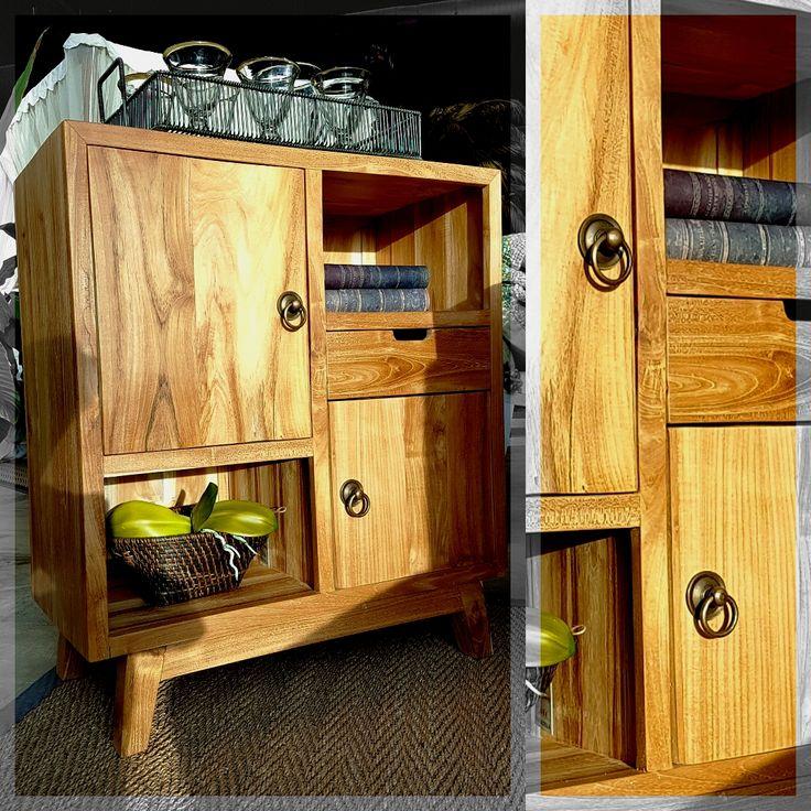 La Luz del sol hace aún mas bello el diseño de este mueble. ¿Qué te parece esta cómoda fabricada en madera de teca?
