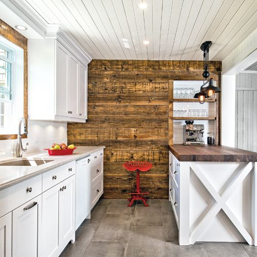 Mariage du bois dans la cuisine - Le bois est le matériau vedette de cette cuisine que les proprios imaginaient chaleureuse et vivante. On le trouve dans une variété de nuances à différents endroits, sans que l'harmonie d'ensemble soit rompue: érable laqué blanc sur les armoires, noyer vintage sur la hotte cheminée, noyer huilé massif de 3 po d'épaisseur sur l'îlot, bois de grange au mur et planches de pin peintes au plafond. Autres éléments clés : le rangement et la luminosité, maximisés.