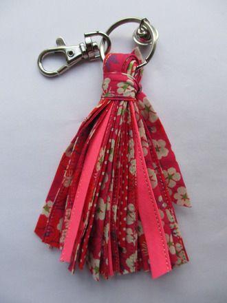 Porte-clés pompon en liberty tissus noués et grelot