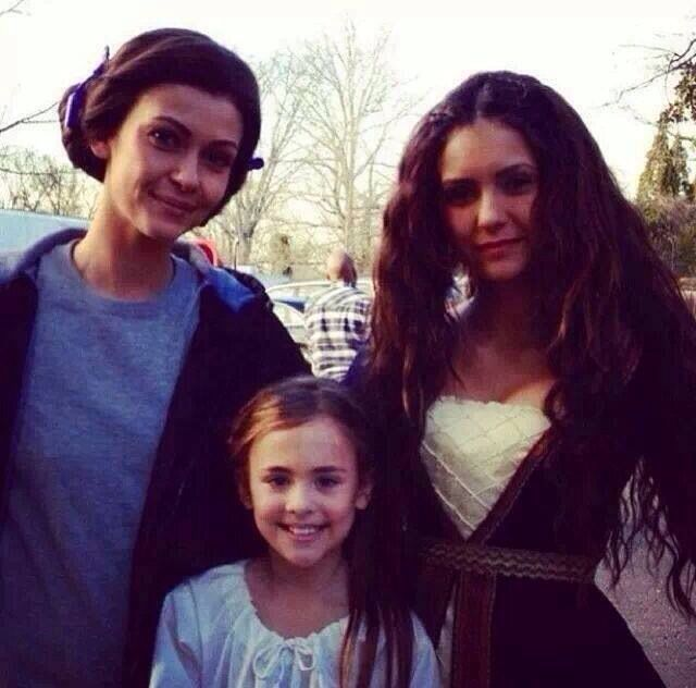 Nina Dobrev On Set As Katherine With Her Onscreen Mother And Little Sister Vampire Diaries Vampire Diaries Seasons Vampire Diaries Season 5