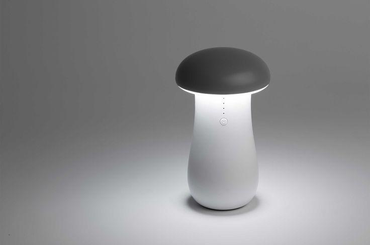 """Cette adorable veilleuse LED plaira aux grands comme aux petits. Avec son style très épuré, cette lampe portable éclairera d'une lumière douce et indirecte. Equipée d'une prise USB sous son """"chapeau"""", elle se charge facilement via un ordinateur ou une prise murale."""