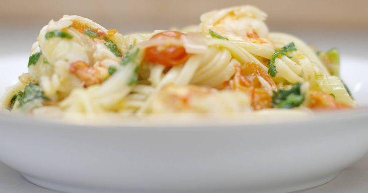 Pasta komt in alle maten en deze keer kiest Jeroen voor linguine, een dunne lintpasta uit Genua die je in makkelijk in de supermarkt kan kopen. Jeroen gebruik de pasta in een eenvoudig gerecht dat tegelijk een beetje feestelijk is. De smaakmakers met dienst zijn kloeke scampi, kerstomaatjes en een verse venkelknol, want da's een goeie maat van zeevruchten. Een portie rode chilipeper zorgt voor kleur en een beetje culinair 'vuur'. Uiteraard beslis je zelf hoe pittig deze bereiding mag zijn.