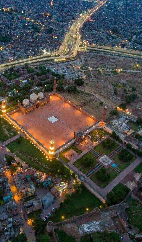 A panoramic viee of Badshahi Mosque, Lahore.