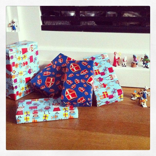 Gezellige boel hier voor de haard.  #sinterklaas #decoratie #feest #pakjes #cadeautjes #zwartepiet