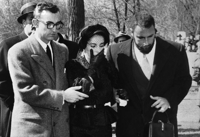 03/25/1958 - Chicago, IL- Weeping, Elizabeth Taylor leaves ...