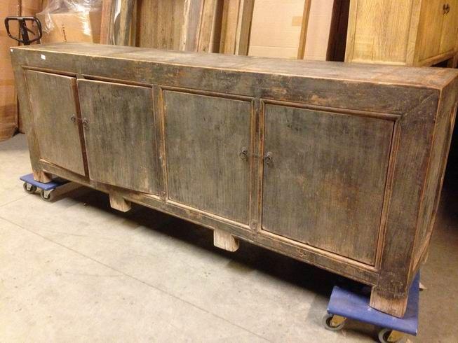 Groot dressoir gemaakt van oud hout. Dit dressoir heeft een zeer fraaie natuurlijke uitstraling. We hebben veel meubels op voorraad.