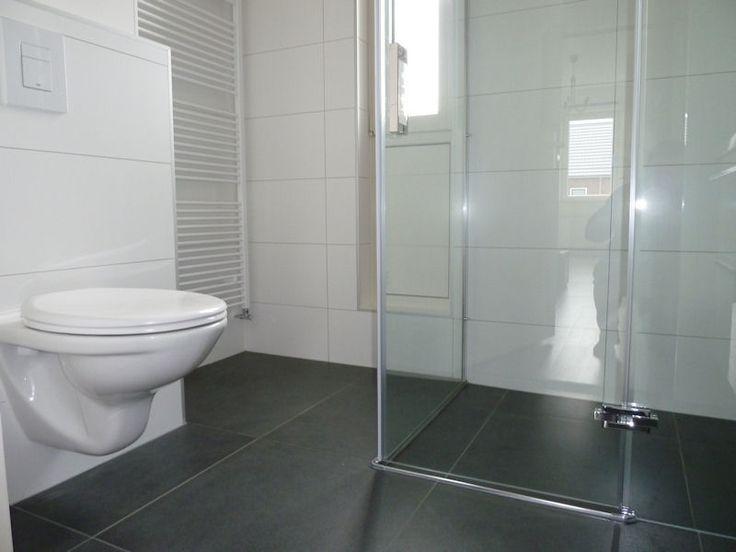 25 beste idee n over grijze badkamers op pinterest doucheruimte inrichting grijze - Badkamer beton wax ...