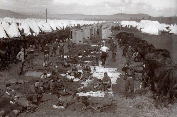 Repos des soldats après un entraînement au camp de Valcartier à Québec, été 1914 (Photo Ministère de la Défense nationale)