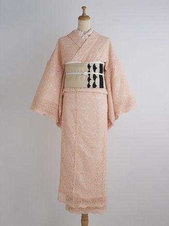 まるでわたあめのような、全身レースの着物。桜色で乙女心がはずみます。