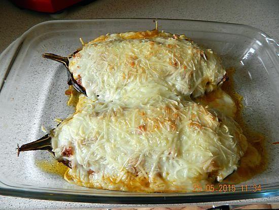 La meilleure recette de Aubergines farcies façon moussaka! L'essayer, c'est l'adopter! 5.0/5 (7 votes), 9 Commentaires. Ingrédients: Ingrédients : 1 grosse aubergines, 2 steaks hachés, 1 oignon, coulis de tomate, sel, poivre, huile d'olive, gruyère râpé ingrédients pour la béchamel légère : 25 cl de lait, 1 bonne cuillère à soupe de maïzena, 1 cube or, poivre