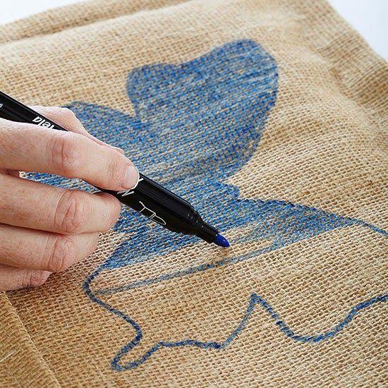 Linda essa almofada em juta pintada, e o melhor fácil de fazer.   Eu já tentei pintar juta uma vez , enchi os buraquinhos de tinta , o de...