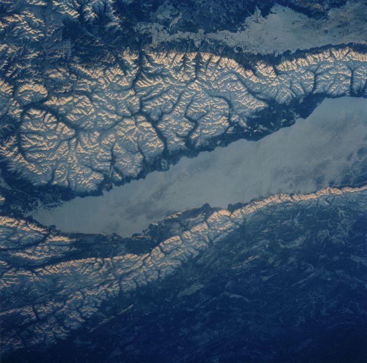 NASA 1994 Vue de la terre depuis la navette spatiale (lac Baikal, sud-est Sibérie), 1994. Tirage chromogénique d'époque. Numéro dans la marge supérieure. Logo Nasa et légende tapuscrite au dos. 25,2 x 20,2 cm avec marges.